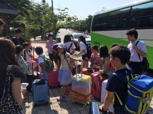 バスで到着!